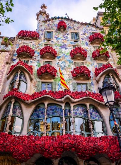 la Casa Batllo décorée de roses lors de la Sant Jordi
